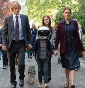 """From L to R: Owen Wilson as """"Nate,"""" Jacob Tremblay as """"Auggie,"""" Izabela Vidovic as """"Via"""" and Julia Roberts as """"Isabel"""" in WONDER. Photo by Dale Robinette."""