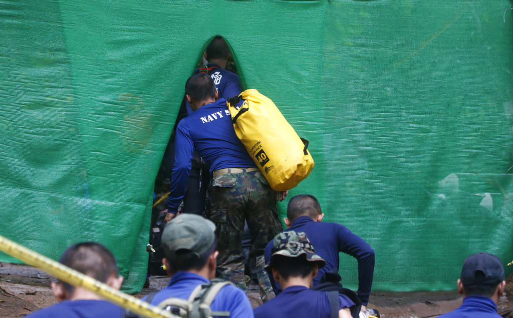 4 rescued from Thai cave in risky operation