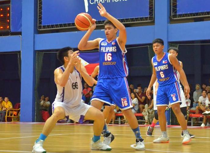 The six-foot-six center Kevin Quiambao of Philippines and Malaysian cager battle for a loose ball during their finals clash Wednesday afternoon at the Gem in Mall in Cyberjaya. PSC PHOTO
