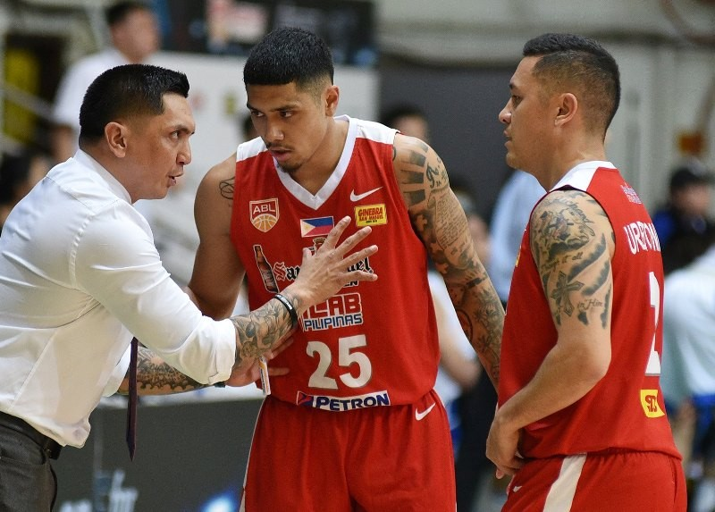 Jimmy Alapag gives instructions to Alab Pilipinas players. (photo from ASEAN Basketball League Facebook)