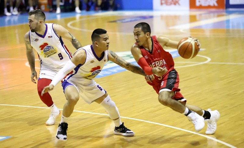 LA Tenorio (R) of Ginebra guarded by Jio Jalaon of Magnolia.  (PBA Images)