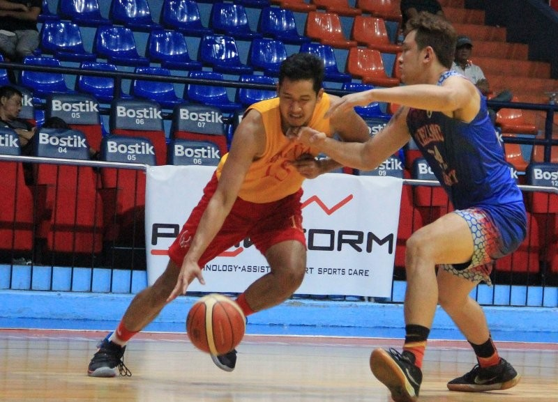 Christian Bunag of the Mapua Cardinals works his way against an Arellano Chiefs defender during the Filoil Preseason Cup games on May 16, 2019. (photo from Filoil Flying V Sports Facebook)