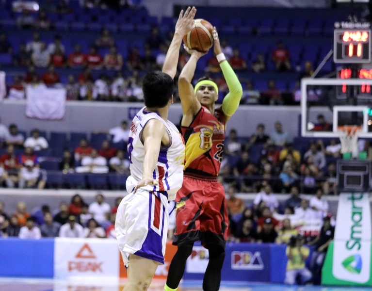 Arwind Santos of San Miguel Beer pulls up for a shot against Ian Sangalang of the Magnolia Hotshots (PBA Images)