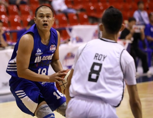 Ronald Roy guarding Jon Pareno (PBA Image Bureau)