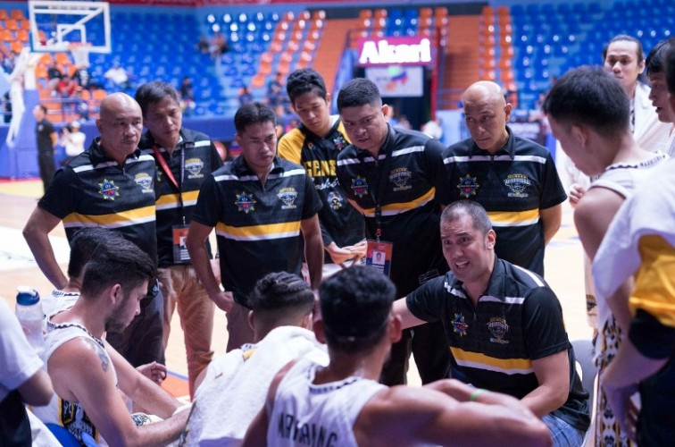 Gensan Warriors coach Rich Alvarez barking discussing a play with his players (MPBL photo)