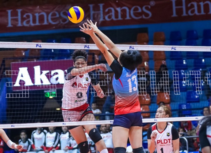 Aiko Urdas over Nica Guliman (PSL photo)