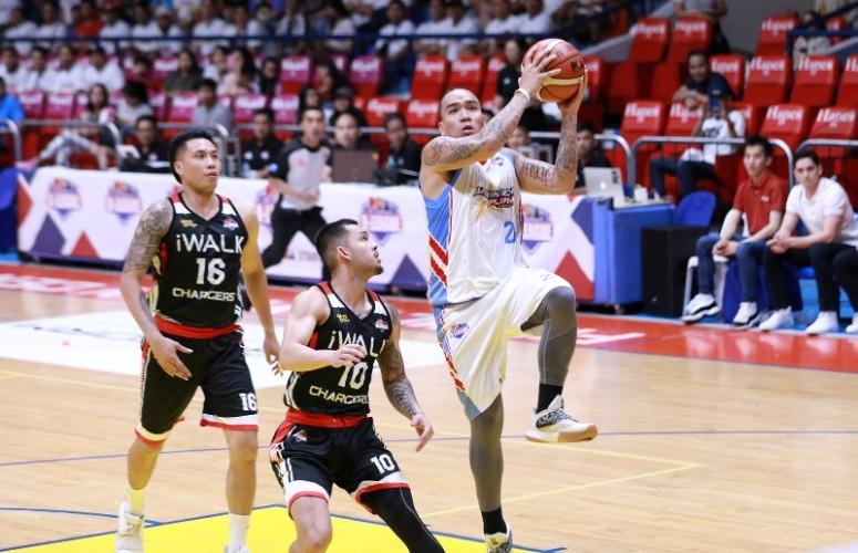Eloy Poligrates  drives towards the basket against Jasper Parker. (PBA Images)