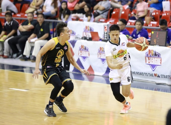 Russell Tan  of TIP passes off against Kimley Medina of Black Mamba (PBA Images)