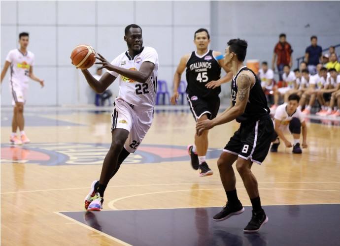 Pape Ndiaye  (L) dirves against Ronald Roy (PBA Images)