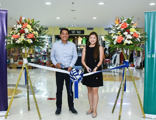 GCash's Chief Commercial Officer for Payments JM Aujero (left) and Ortigas Malls Head of Leasing Cathy Duenas (right) doing an inaugural ribbon cutting at Shoppesville