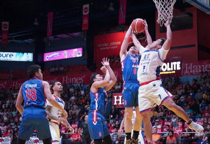 John Wilson of the San Juan Knights and Tonino Gonzaga of the QC Capitals fight it out to get the rebound. (MPBL photo)
