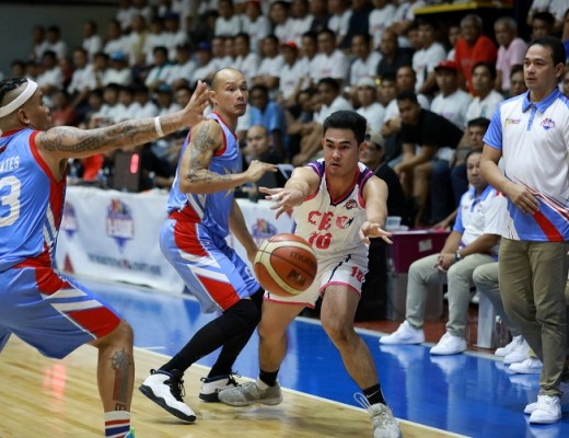 Eric Tuadles of CEU passes off against Mark Yee of Marinerong Pilipino (PBA Images)
