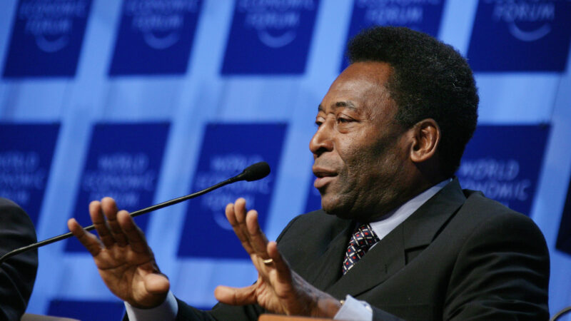 Pele thanks medical staff for 'solidarity and kindness'