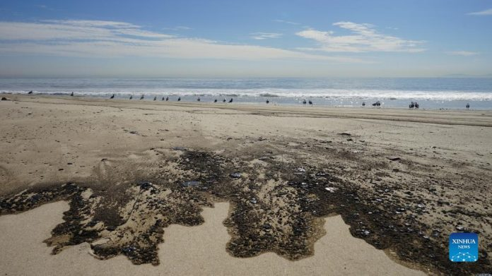 Oil stains the Huntington Beach in Orange County, California, Oct. 3, 2021. A massive oil spill off the Orange County coast in Southern California prompted the closure of a 9-kilometer long beachfront area on Oct. 3, and crews from California Department of Fish and Wildlife (CDFW) are cleaning up the pollution from facilities in federal waters. (Photo by Zeng Hui/Xinhua)